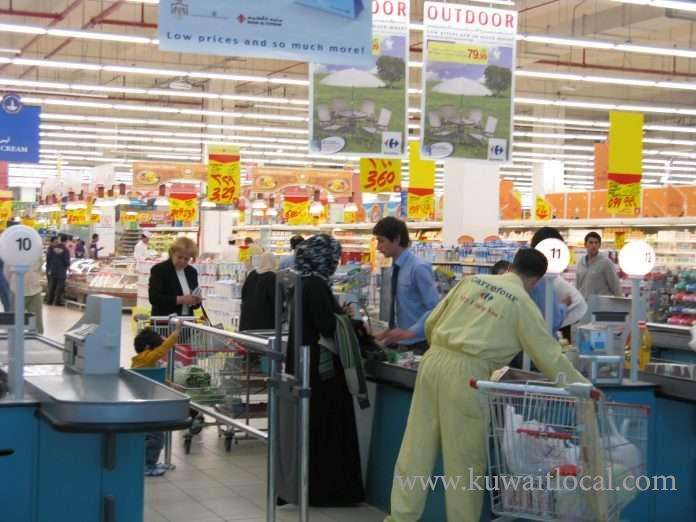 kuwaiti-volunteers-to-undertake-the-task-of-bagging-groceries-at-the-cash-counters6800-jobs-taken-away_kuwait