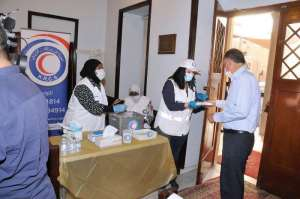 kuwaiti-red-crescent-distributes-masks-and-sterilizers-in-the-national-evangelical-church_kuwait