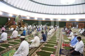crowd-of-worshipers-at-mosques_kuwait